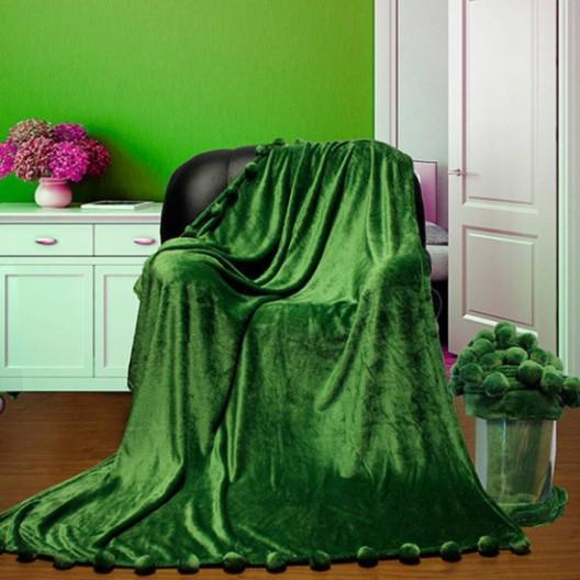 Плед с бубонами зеленый